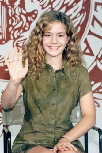 """1997 - Leandra Leal posa para fotógrafos no Festival de Cinema de Veneza. A atriz participou do filme """"A Ostra e o Vento"""", exibido durante o evento"""