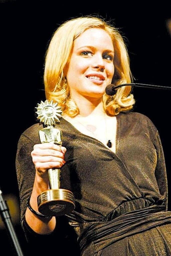"""Leandra Leal agradece o prêmio Kikito de Melhor Atriz pelo filme """"Nome Próprio"""" no 36º Festival de Cinema de Gramado"""
