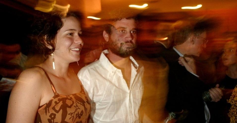Leandra Leal e o marido Lirinha, vocalista do cordel do fogo encantado, durante a entrega do Prêmio APCA de 2006, no teatro Sérgio Cardoso, em São Paulo