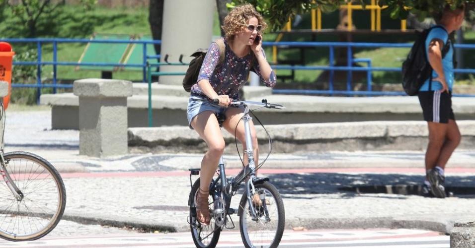 18.mar.2011 - Leandra Leal passeia de bicicleta na orla do Leblon RJ