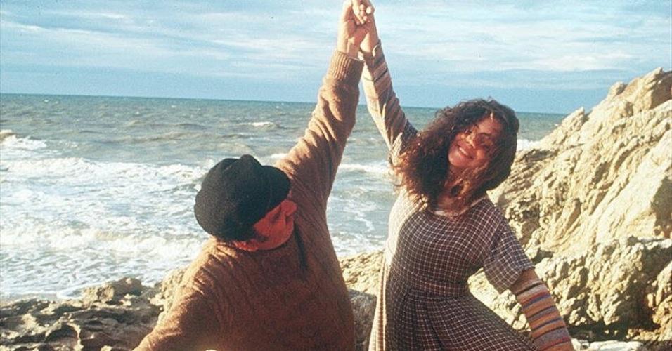 """1997 - A atriz Leandra Leal com Castrinho em cena de """"A Ostra e o Vento"""", filme dirigido por Walter Lima Jr."""