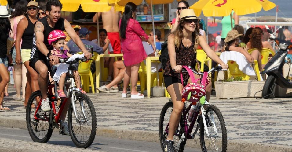 Ingrid Guimarães passeou com seu marido e filha de bicicleta na orla de Ipanema, no Rio (7/9/12)