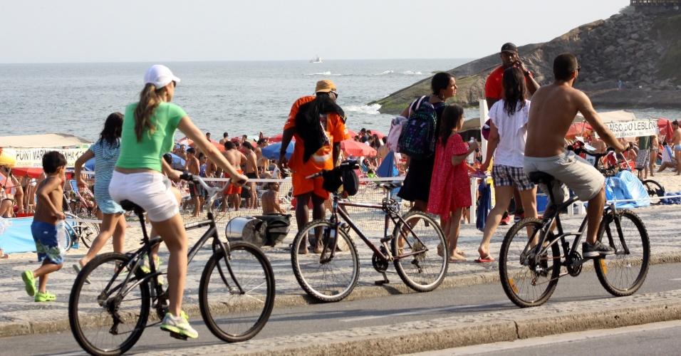 Luana Piovani aproveitou o feriado para passear de bicicleta com o marido na orla do Leblon (8/9/12)