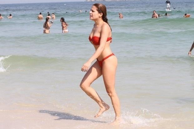 Nívea Stelmann curte praia com o filho, Miguel, e exibe corpão na Barra da Tijuca (RJ). Aos 38 anos, a morena mostrou a boa forma em um biquininho provocante (9/9/12)