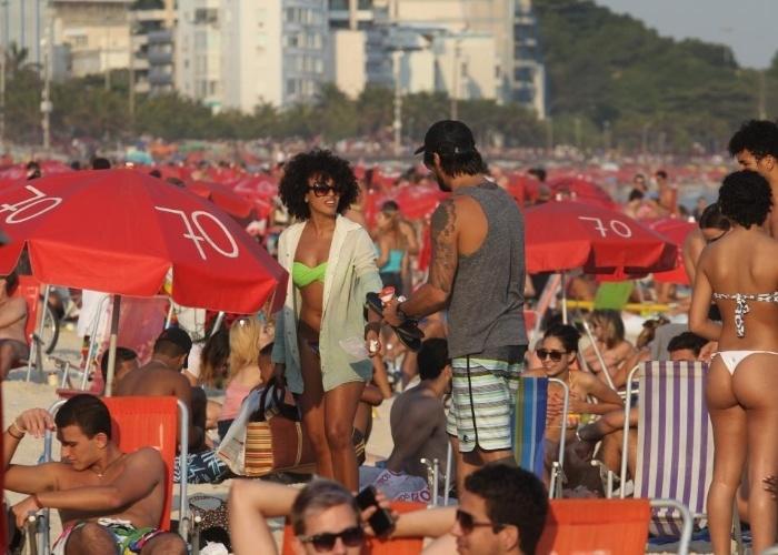 A atriz Sheron Menezzes mostrou a boa forma durante a tarde deste domingo na praia de Ipanema, no Rio de Janeiro (9/8/12). A bela foi acompanhada do namorado, Saulo Bernard