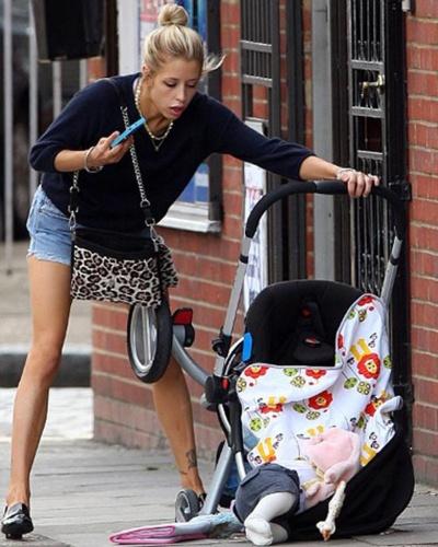 """A modelo Peaches Geldof passeava com o filho de 4 meses no carrinho em Londres e falava ao celular. De repente, o carrinho virou, a criança caiu, mas o telefone estava à salvo (10/9/12). O flagra é do jornal britânico """"Daily Mail"""""""