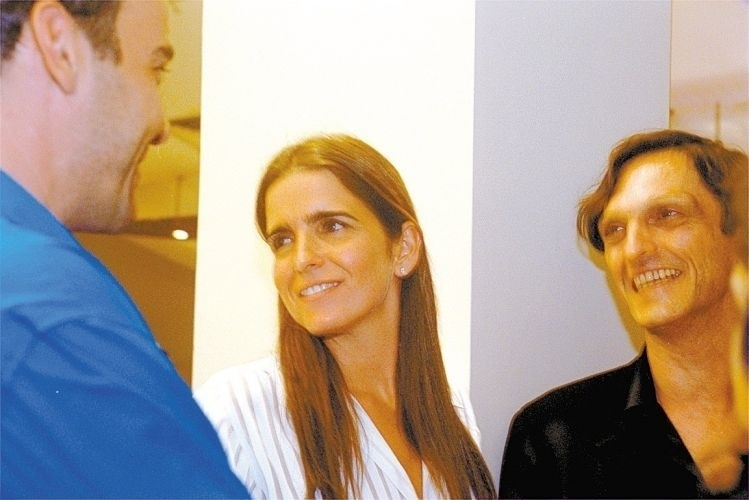 """Da esquerda para a direita, Alexandre Borges, Malu Mader e Paulo Miklos na estréia do filme """"O Invasor"""", de Beto Brant, no shopping Frei Caneca, em São Paulo (2/4/02)"""