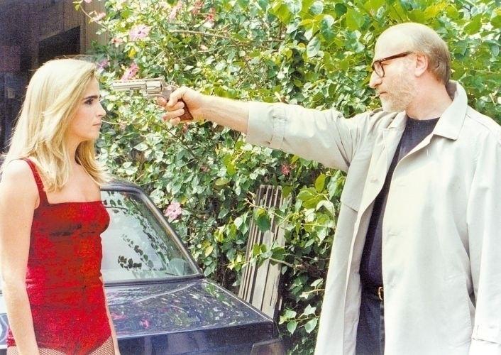 """Em cena com Odilon Wagner em episódio da série """"A Justiceira"""", da Globo, Malu Mader usa peruca para se disfarçar de dançarina de boate (1997)"""