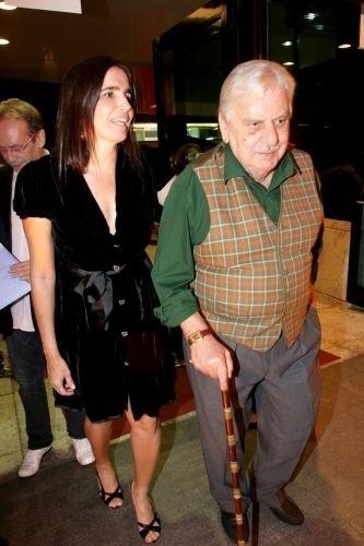 """Malu Mader chega com diretor Hugo Carvana para a estréia do filme """"Casa da Mãe Joana"""" no Kinoplex, no Itaim Bibi, em São Paulo (11/9/08)"""