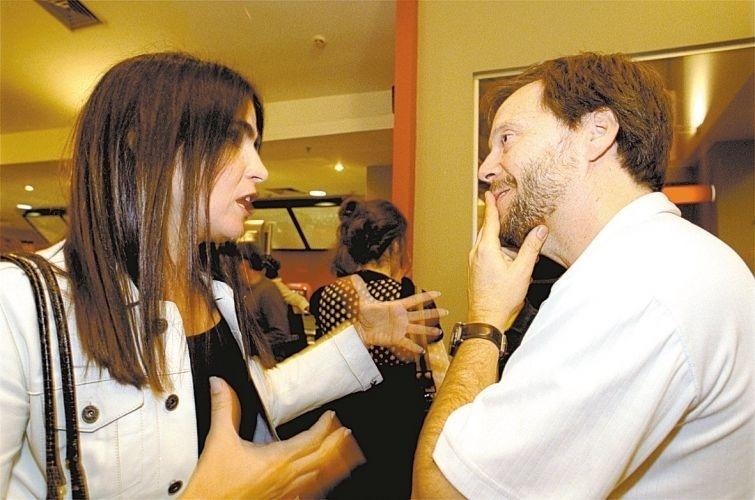 """Malu Mader conversa com o diretor Fernando Meirelles na pré-estréia do filme """"Cidade de Deus"""", em São Paulo. (21/8/02)"""