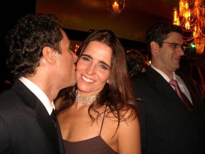 Malu Mader e o marido, o cantor Tony Belloto, namoram no casamento dos apresentadores Angélica e Luciano Huck, na Marina da Glória, na zona sul carioca (31/10/04)