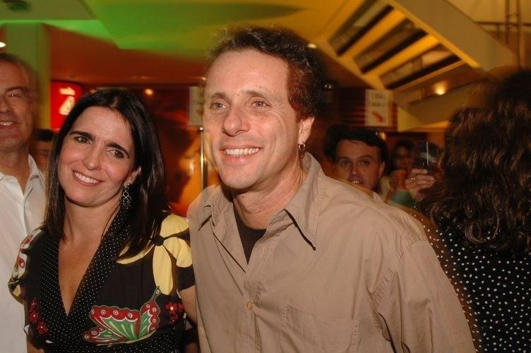 """Malu Mader e o marido, o músico Tony Bellotto, durante o lançamento do filme """"Brasília 18%"""", do diretor Nelson Pereira dos Santos, no Unibanco Artplex, em São Paulo (10/4/06)"""