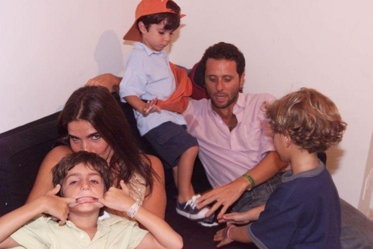 Malu Mader, o marido - o músico e escritor Tony Bellotto - e os filhos no camarote de Flora e Gilberto Gil no Carnaval de Salvador, Bahia (26/2/01)