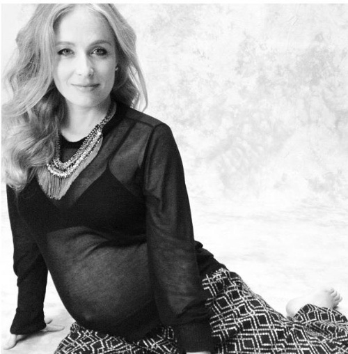 """A apresentadora Angélica criou no Facebook o álbum """"Eu e Ela"""" para divulgar imagens da gravidez de Eva. De trajes transparentes, a loira aparece com o barrigão, que está prestes a dar à luz Eva, a primeira filha de Angélica e Luciano Huck (11/9/12)"""