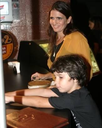A atriz Malu Mader com o filho João em espetáculo no Rio de Janeiro (abril/2005)