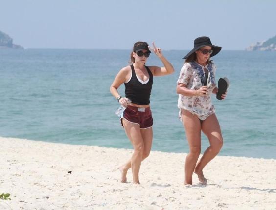 De shortinho e barriguinha sarada de fora, Giovanna Antonelli exibiu boa forma nas areias da Barra da Tijuca (RJ). Acompanhada de uma amiga, a atriz correu e se exercitou na praia carioca (11/9/12)