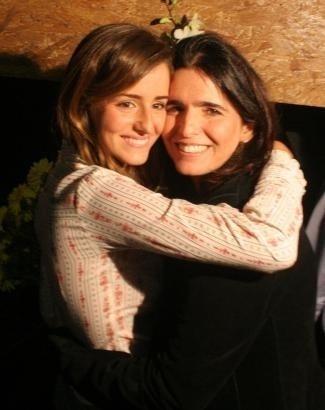 Malu abraça a sobrinha Erika Mader, atriz de 'Paraíso Tropical', mostrando o quanto as duas são parecidas (abr. 2006)