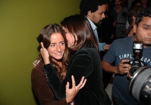 Malu cochicha com a sobrinha Erika Mader, que interpreta a personagem Susaninha na novela 'Paraíso Tropical', na pré-estréia no RJ do filme 'O Maior Amor do Mundo', que tem a jovem no elenco (ago. 2006)