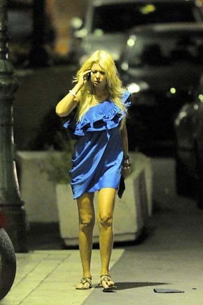 """A atriz Tara Reid, 36, conhecida pelo papel de Vicky nos filmes da franquia """"American Pie"""", protagonizou uma cena engraçada ontem em Saint Tropez, na França (12/9/12). Primeiro, ela encheu a cara em uma festa privada em um iate de luxo."""