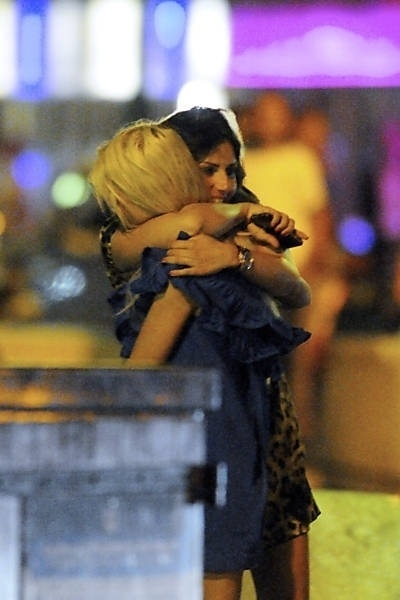 A atriz Tara Reid encontrou com uma amiga e as duas se abraçaram em Saint Tropez, na França (12/9/12)