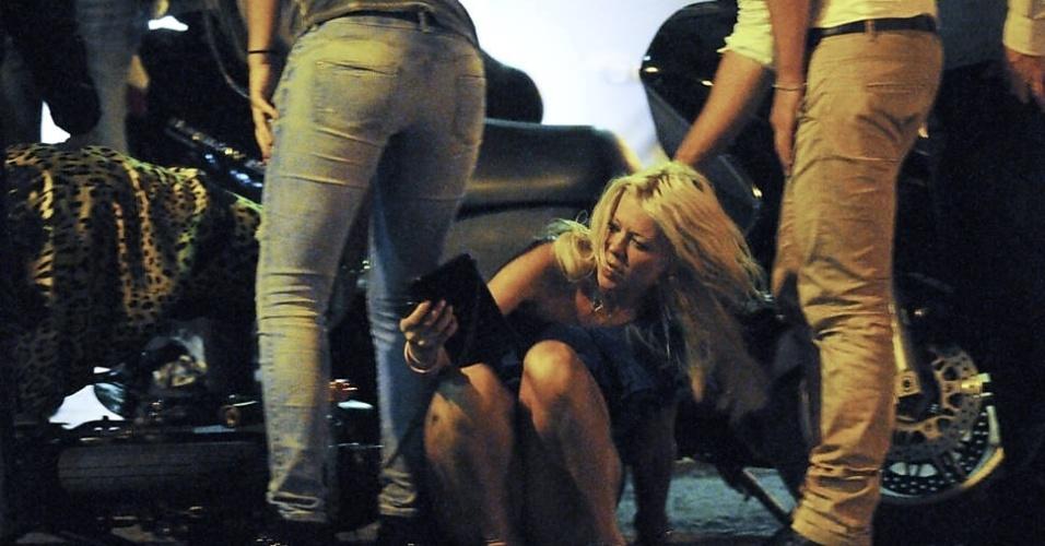 Após levar um tombo em Saint Tropez, na França, a atriz Tara Reid se levantou e sacudiu a poeira (12/9/12)