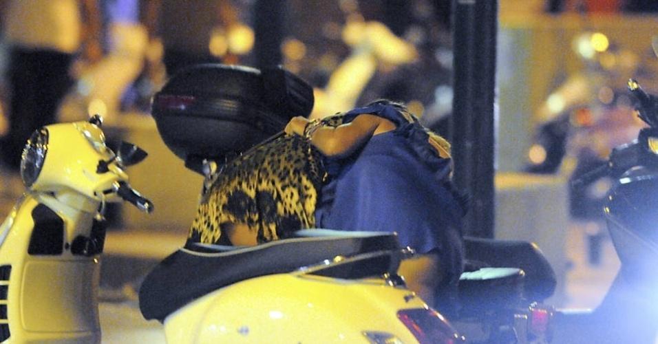 Bêbadas, a atriz Tara Reid e uma amiga tentaram se apoiar em uma moto estacionada em Saint Tropez, na França (12/9/12)
