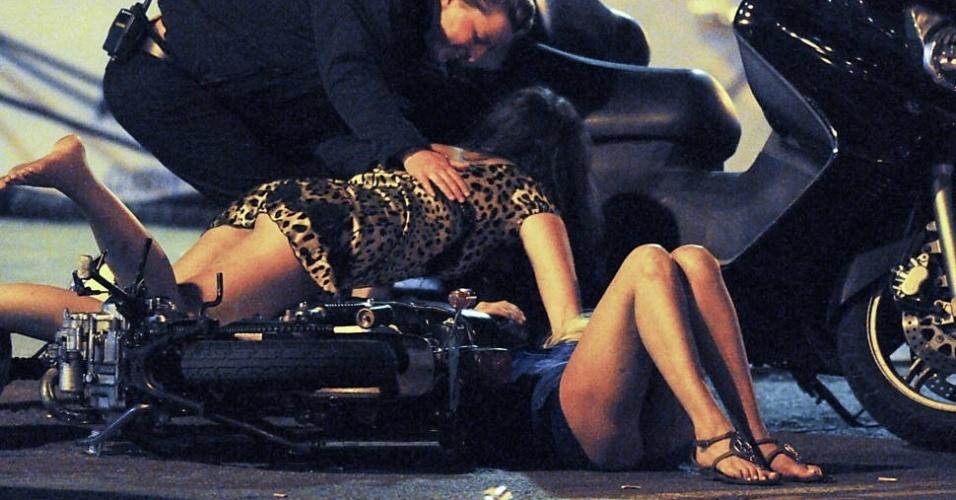 Bêbadas, a atriz Tara Reid e uma amiga tentaram se apoiar em uma moto estacionada em Saint Tropez, na França (12/9/12). Só que a moto virou e as duas foram parar no chão