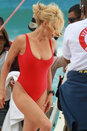 """Estrela do seriado """"S.O.S Malibu"""", Pamela Anderson participou das gravações de um comercial nas areias da praia da Reserva no Rio de Janeiro nesta sexta-feira (14/9/12). Na filmagem, a atriz exibe o corpão de biquíni vermelho e faz respiração boca a boca em um figurante"""