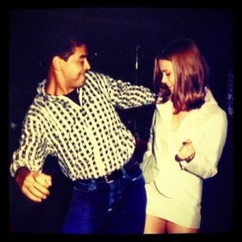 """Às vésperas de completar 34 anos, Carolina Dieckmann divulgou no Twitter uma foto de quando festejou 15 aninhos e fazia sua estreia na TV como a personagem Claudia da minissérie """"Sex Appeal"""", em 1993. Na imagem, a atriz aparece ao lado de David Brazil no dia de seu aniversário. Neste domingo (16/9/12), Carol deve comemorar a data ao lado do marido, Tiago Worcman"""