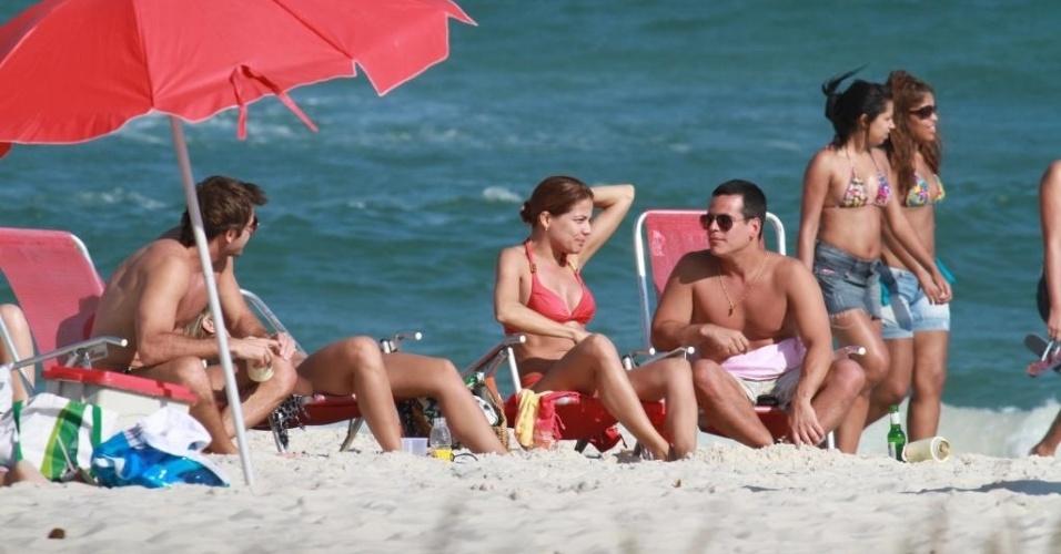 Acompanhada de um grupo de amigos e de seu novo affair, a atriz Nívea Stelmann curtiu a tarde de domingo na praia da Barra da Tijuca, zona oeste do Rio de Janeiro (16/9/12)