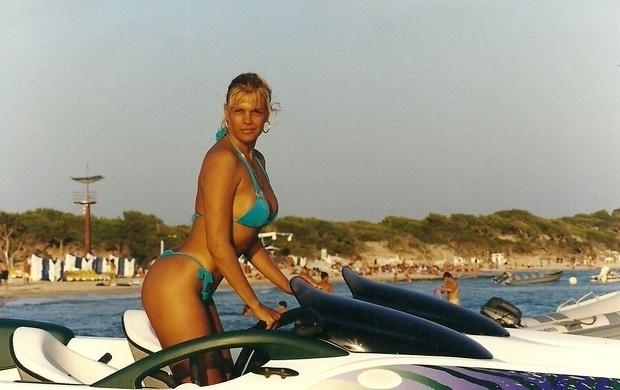 """Aos 56 anos, Monique Evans relembrou, com nostalgia, uma imagem do passado: """"Olha a foto q eu achei!!Já tinha mais de 40 e sem photoshop"""", compartilhou a loira na web.  """"Não... Meu corpo não está mais assim!!! Infelizmente, parei de treinar há uns 3 anos... Mas vou voltar!! Mas com 56 não fico mais assim!!"""", escreveu ela (17/9/12)"""