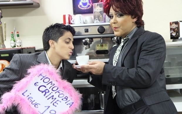 Após ser expulsa de uma padaria, Thammy Gretchen promove campanha contra homofobia em ensaio fotográfico com Julinho do Carmo (23/11/11)
