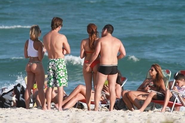 Nívea Stelmann curtiu o maior chamego na tarde de domingo (16/9/12) na Barra da Tijuca, no Rio, ao lado de um rapaz. A atriz, que não revelou o nome de seu affair, aproveitou o clima de romance, que teve até 'mão boba' do rapaz misterioso