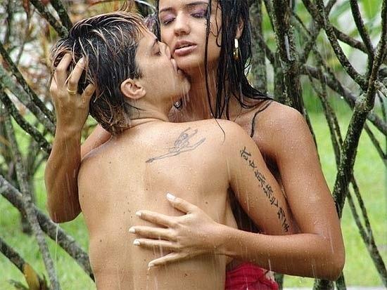 Thammy Gretchen faz ensaio sensual com a então namorada, Jennifer Ferracine (2011)