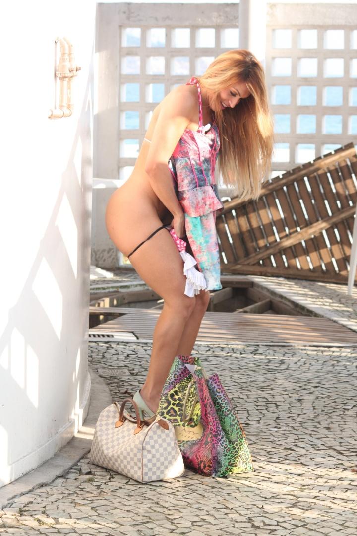 A modelo Dani Vieira é flagrada trocando de roupa e acaba protagonizando striptease em praia na Barra da Tijuca