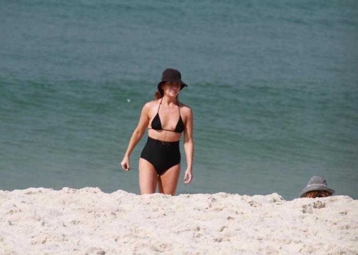 Giovanna Antonelli chamou a atenção com 'biquinão' na praia da Barra da Tijuca, nesta terça-feria (18/9/12). Ela foi ao local acompanhada das filhas gêmeas Sofia e Antônia, e a babá das garotas