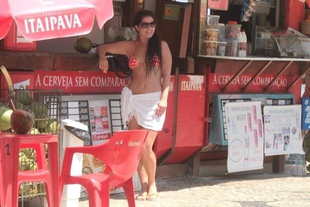Samara Felippo, Priscila Fantin e Carolinie Figueiredo curtem praia no Rio de Janeiro (19/9/12). As atrizes, que desfilaram de canga, exibiram barriguinha 'zerada' na Barra da Tijuca