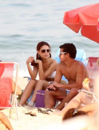 """O casal de atores Paloma Bernardi e Thiago Martins é fotografado na praia da Barra da Tijuca, no Rio de Janeiro, nesta quarta-feira. Neste dia, o intérprete de Leando de """"Avenida Brasil"""" completou 24 anos (19/9/12)"""