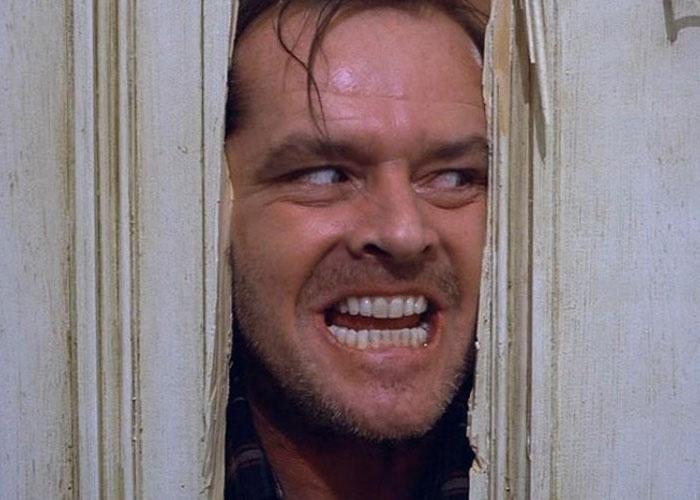 'O Iluminado' (1980), de Stanley Kubrick, é uma das adaptações de Stephen King para o cinema mais populares. Na trama, um escritor desempregado, vivido por Jack Nicholson, passa a trabalhar como caseiro de um hotel isolado, levando junto sua família. Após um tempo vivendo no local, seu comportamento se torna assustador