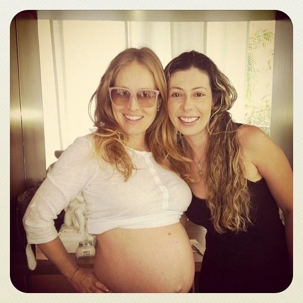 """Prestes a dar à luz Eva, Angélica mostrou o barrigão em uma foto na rede social Instagram da amiga Cala Santana, que escreveu: """"Eu e elas...antes da drenagem @angelicakys"""" (23/9/12)"""