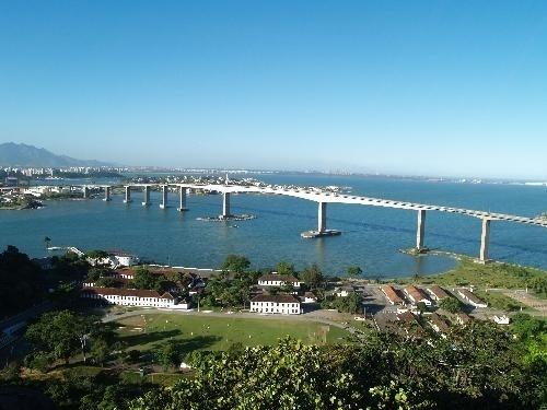 Ponto turístico obrigatório, a Baía de Vitória (ES) ostenta uma das maiores pontes do mundo, a Terceira Ponte. A plataforma liga a capital a Vila Velha, passando por outros cenários capixabas