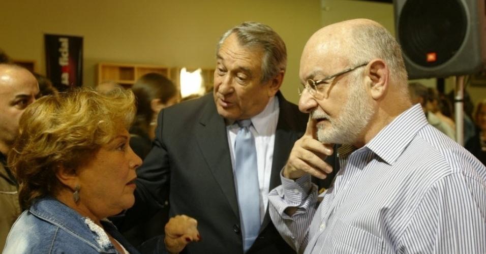 A atriz Nicette Bruno, o ator Paulo Goulart e o autor Silvio de Abreu conversam durante um evento no shopping Frei Caneca, em SP (25/10/10)