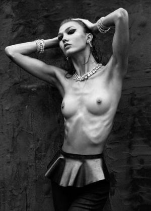 """A top americana Karlie Kloss em ensaio para a revista """"Numéro"""". A foto causou polêmica na internet ao destacar os ossos da modelo - Reprodução"""