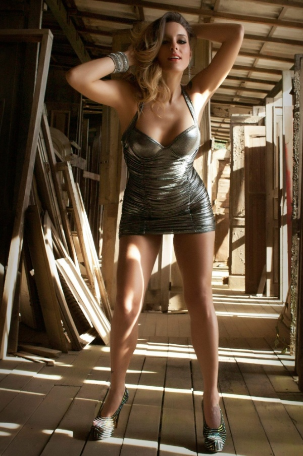 """Capa da edição de outubro da revista """"Sexy"""", a apresentadora Luhanna Melloni, uma das gatas que comandam o programa """"Malícia"""", do canal pago Multishow, disse que gostou da experiência de posa nua pela primeira vez. """"Tirei a roupa numa boa. Achei uma delícia, só não foi mais gostoso porque fazia 9°C. Estava bem frio. Mas é bom, porque a gente fica arrepiadinha e o frio faz a gente querer se esquentar"""", afirmou Luhanna."""