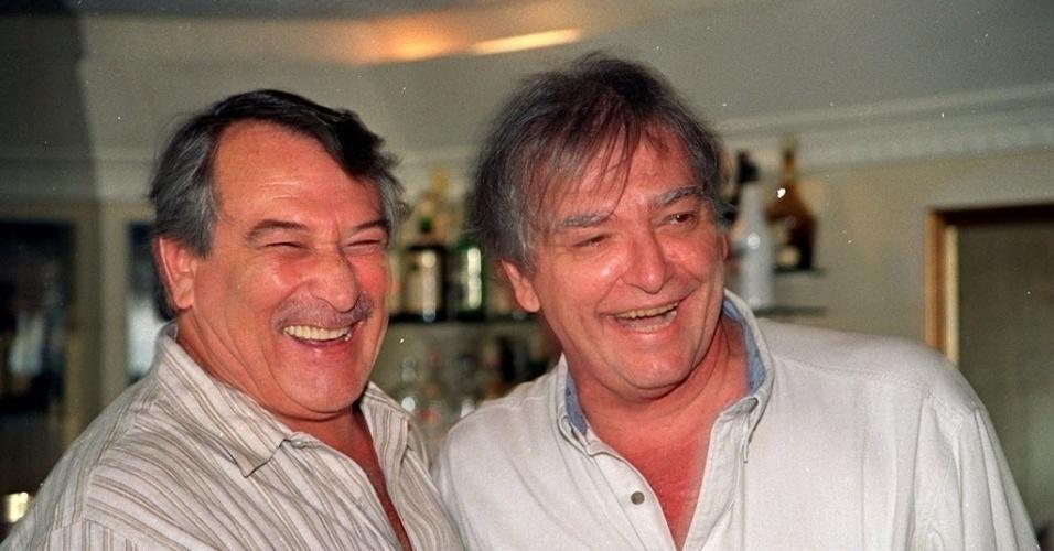 """Os atores Carlos Eduardo Dolabella (à direita) e Paulo Goulart no coquetel de apresentação do elenco da novela """"O Capitão"""", da Bandeirantes, em um restaurante em SP (6/2/96)"""