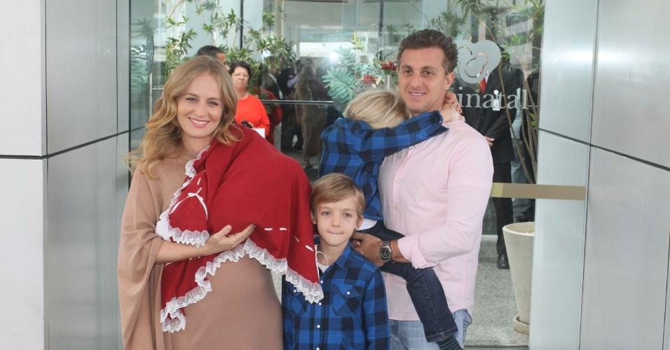 Acompanhados dos filhos Joaquim e Benício, Angélica e Luciano Huck deixam maternidade, no Rio de Janeiro, com a filha recém-nascida Eva (27/9/12)