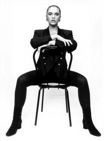 """O site """"Retronaut"""" divulgou fotos de Victoria Beckham em uma época em que a britânica não imaginava que alcançaria sucesso no grupo Spice Girls nem como renomada estilista. Nas imagens, Victoria aparece com o corpo mais cheinho do que atualmente e chega também a sorrir em algumas delas, fato incomum para a mulher de David Beckham (26/9/12)"""