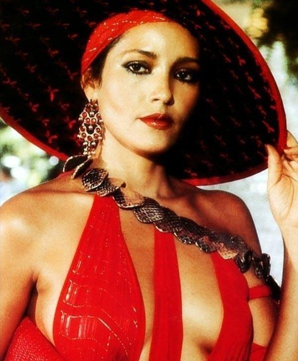 """Barbara Carrera fez o papel de Fatima Blush em """"Never Say Never Again"""", de 1983"""