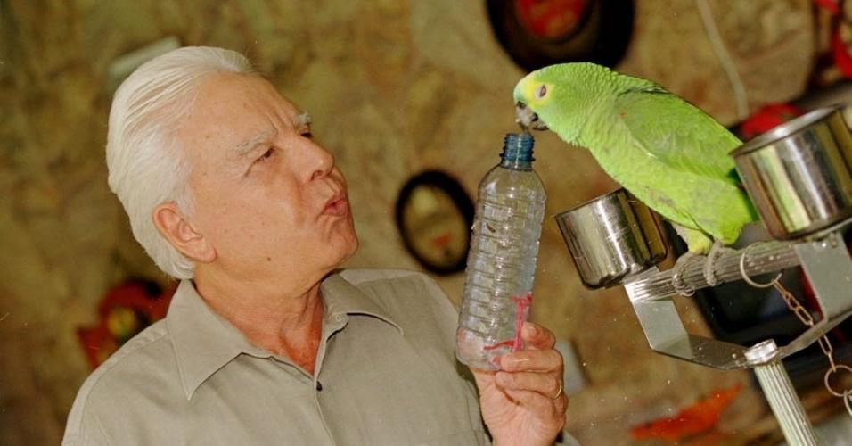 Cid Moreira brinca com papagaio durante entrevista em sua residência na Barra da Tijuca, no Rio de Janeiro (RJ) (16/5/00)