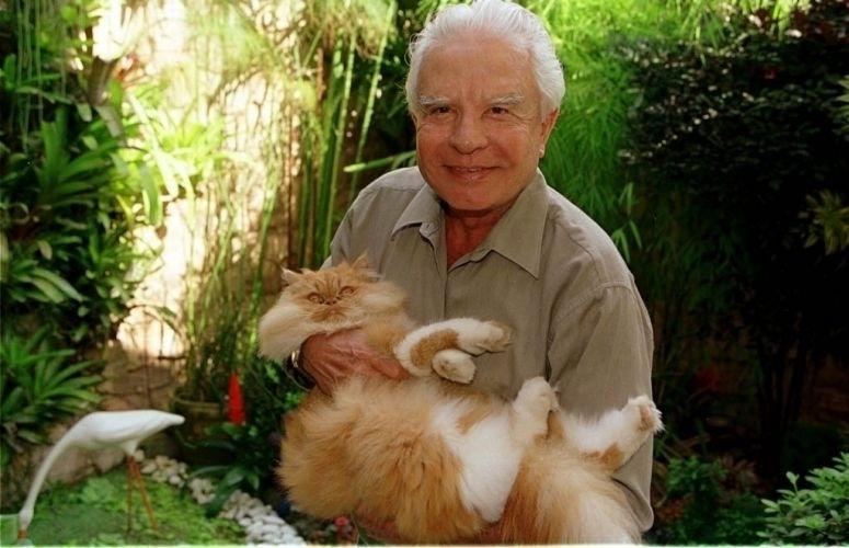 Cid Moreira brinca com seu gato de estimação durante entrevista em sua residência na Barra da Tijuca, no Rio de Janeiro (16/5/00)